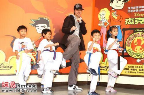 宣傳卡通節目傑克龍與王力宏合影